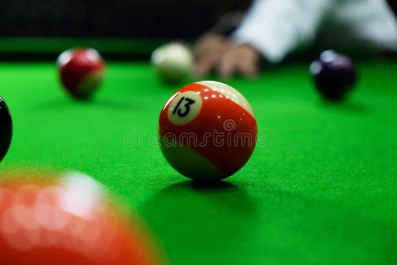Photos en gros plan, jouant des boules de billard, de divers nombres, poignardant la boule, les nombres et la terre verte photo stock