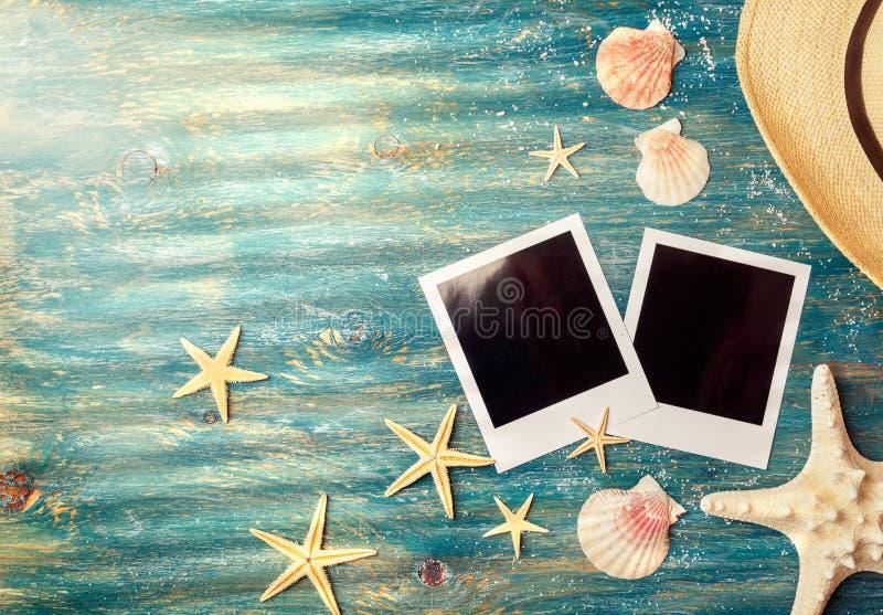 Photos polaroïd vides avec des coquilles de mer photo libre de droits