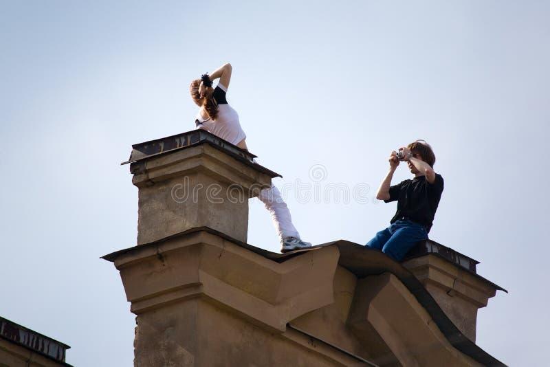 Photosession auf einem Dach lizenzfreie stockfotografie