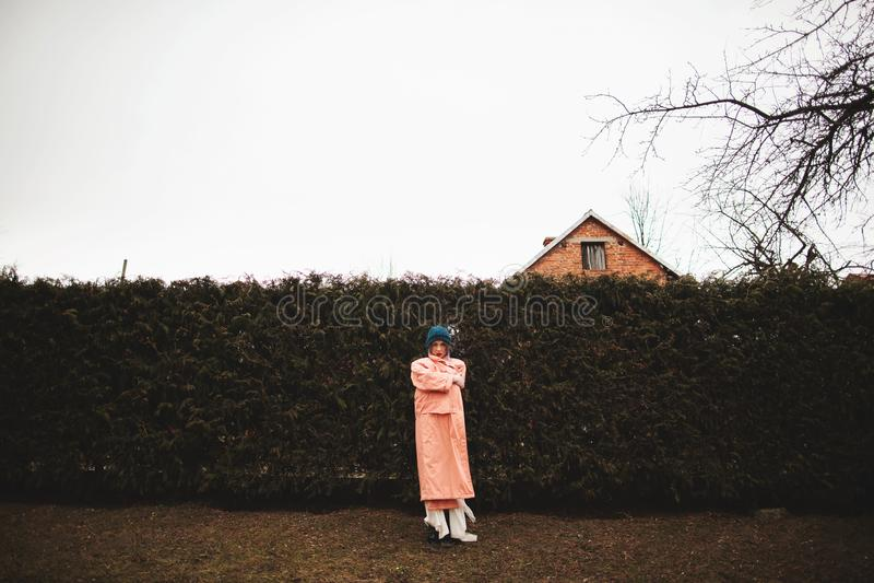 Photosession d'une belle fille dans une robe blanche sur le fond de la barrière de sapins images stock