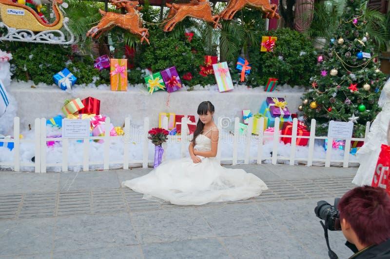 Photosession der Braut in einem weißen Kleid auf der Straße. Hanoi. Vietnam stockbild