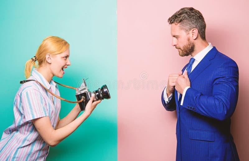 Photosession dla biznesowego magazynu Przystojny biznesmen pozuje kamer? dobry strza? S?awa i sukces Biznesmen cieszy si? fotografia stock
