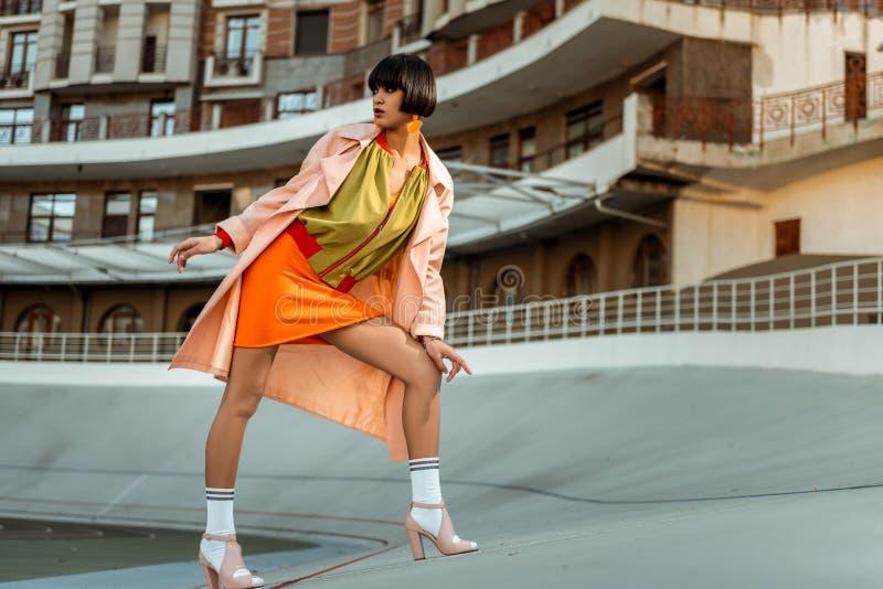 Photoshoot моды промежутка времени абстрактной подлинной женщины гнуть стоковые изображения rf
