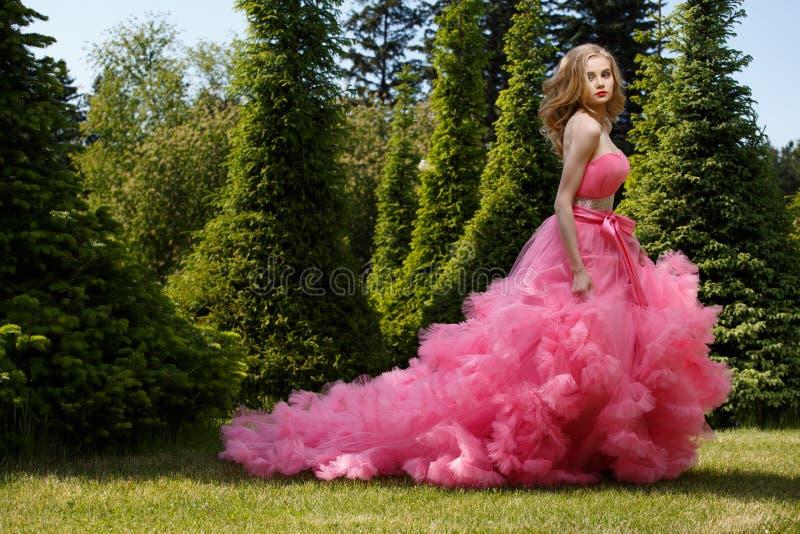 Photoshoot all'aperto di estate di bella donna nel vestito da sera di lusso fotografia stock libera da diritti