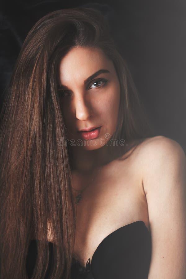 Photoshoot dziewczyna na jednolitym tle fotografia stock