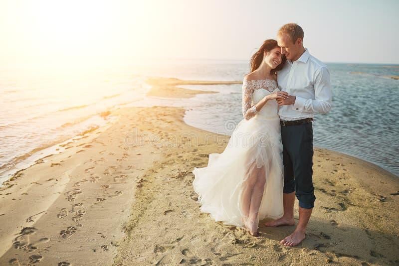 photoshoot liebhaber in einem hochzeitskleid auf dem strand nahe dem meer stockfoto bild von. Black Bedroom Furniture Sets. Home Design Ideas