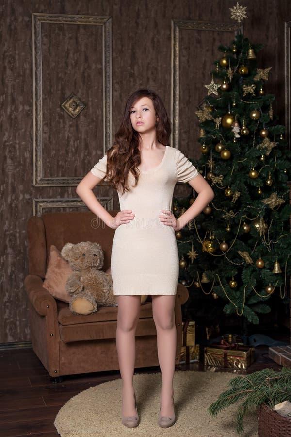 Photoshoot-Modellversuche im neues Jahr ` s Studio mit den Mädchenhänden auf dem Gurt stockfotos