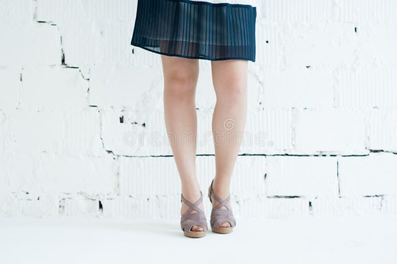 Photoshooting в белой студии ее ноги стоковое изображение