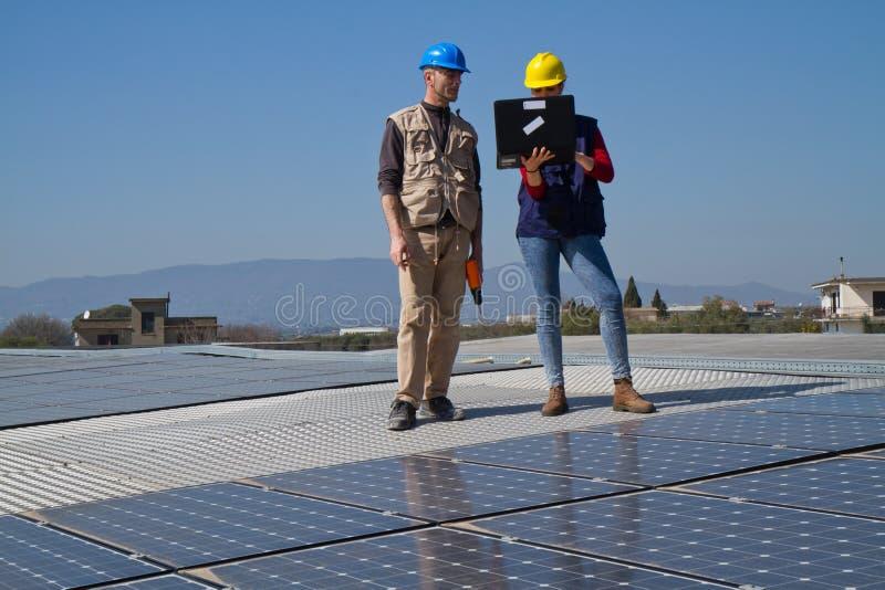Photovoltaic arbetare royaltyfri bild