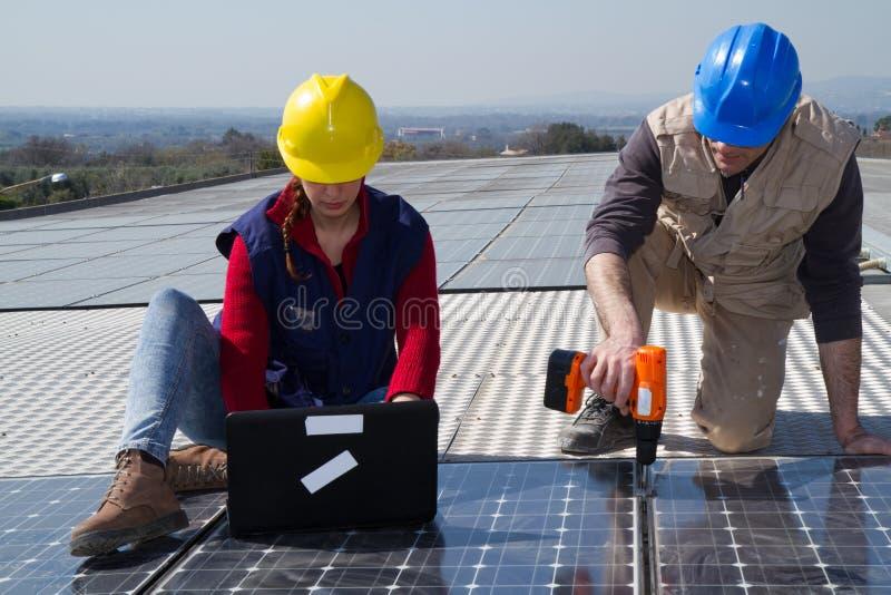 Photovoltaic arbetare arkivfoto