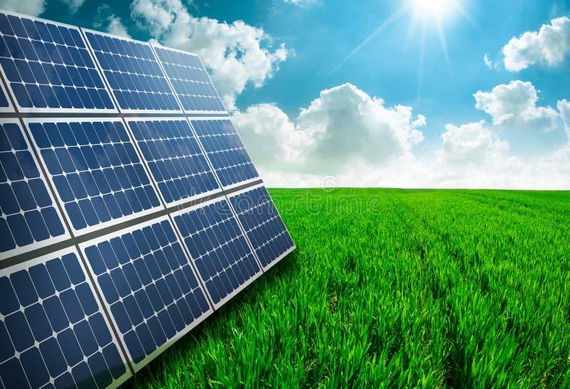 Photovoltaic ecologische modules op groene grasvallei stock afbeeldingen