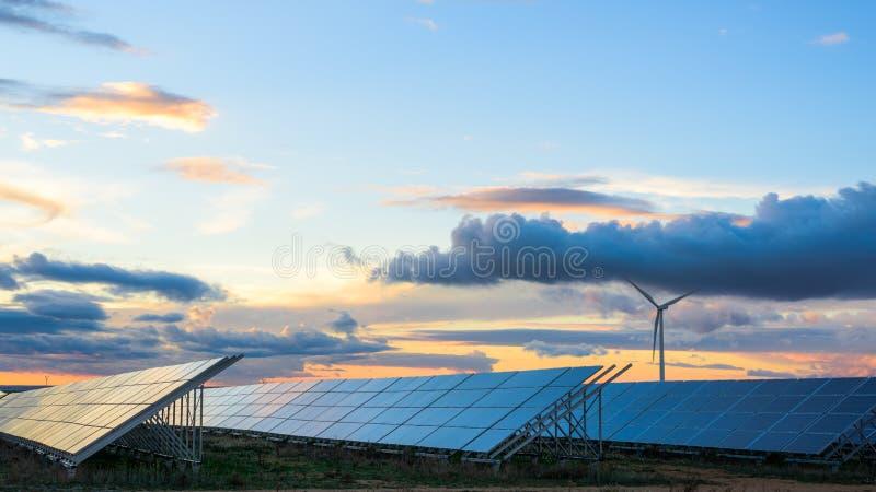Photovoltaic en windlandbouwbedrijven in de provincie van Albacete I stock afbeeldingen