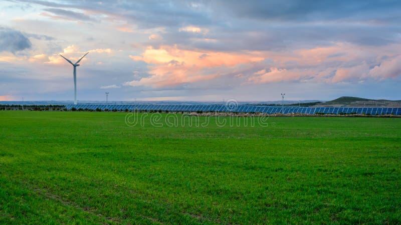 Photovoltaic en windlandbouwbedrijven in de provincie van Albacete II royalty-vrije stock foto