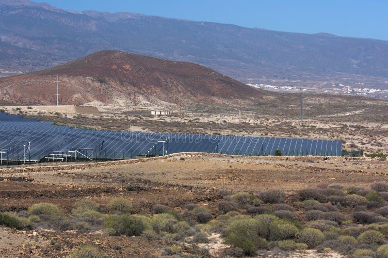 Photovoltaic installatie op een dor gebied in het zuiden van Tenerife stock afbeelding
