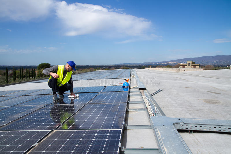 Photovoltaic kompetent arbetare royaltyfri bild