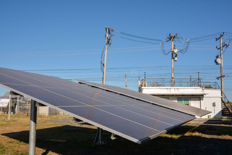 Photovoltaic landbouwbedrijf van zonne-energiepanelen stock foto