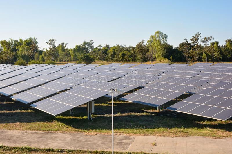 Photovoltaic landbouwbedrijf van zonne-energiepanelen stock fotografie