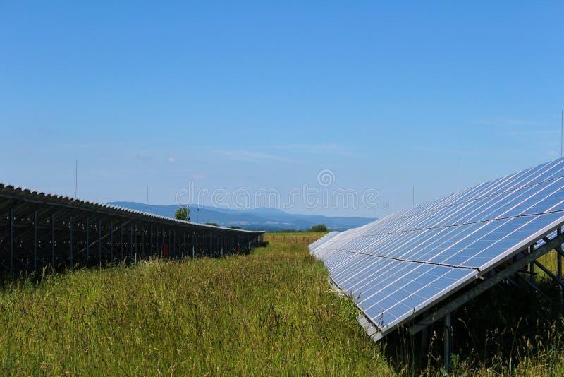 Photovoltaic panel słoneczny z trawą w czeskim krajobrazie zdjęcie stock