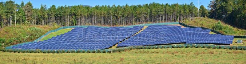 Photovoltaic panelen op een gebied royalty-vrije stock fotografie