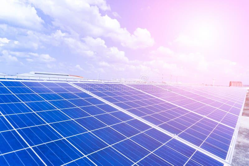 Photovoltaic paneler av solenergistationen i landskapet med värme av solen ovanför sikt arkivbild