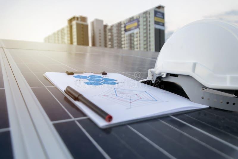 Photovoltaic paneler för lycklig funktionsduglig sol- station arkivfoto