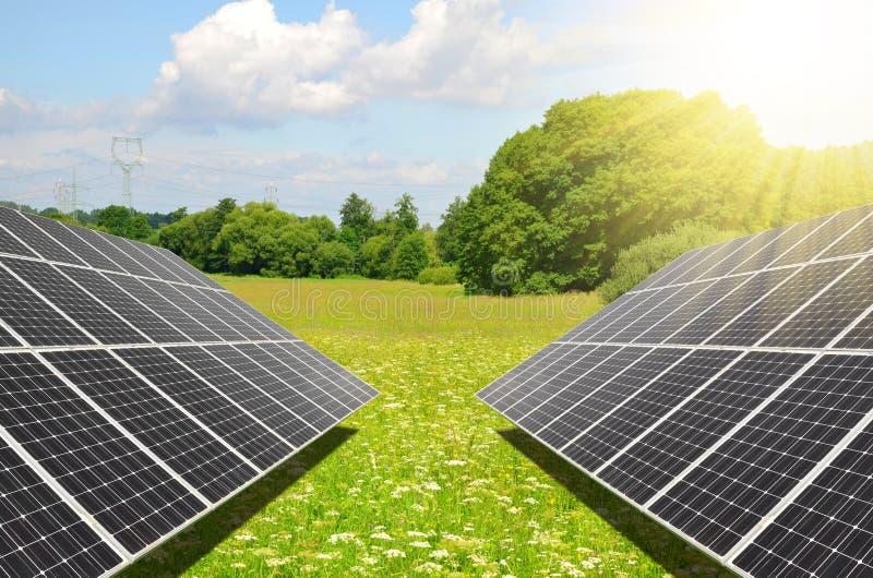 Photovoltaic paneler frambringar ren energi royaltyfri foto