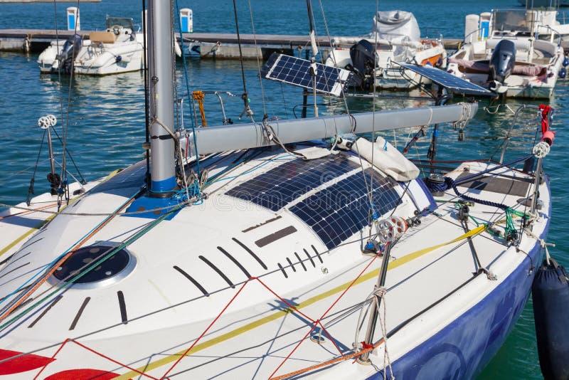 Photovoltaic zonnepanelen op zeilboot stock afbeeldingen