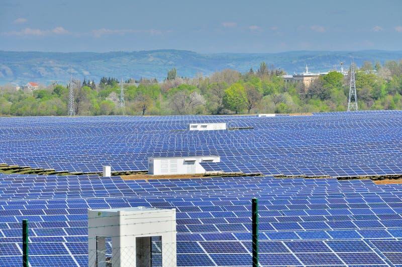 Photovoltaics kraftverk med inverterarstationer royaltyfri bild