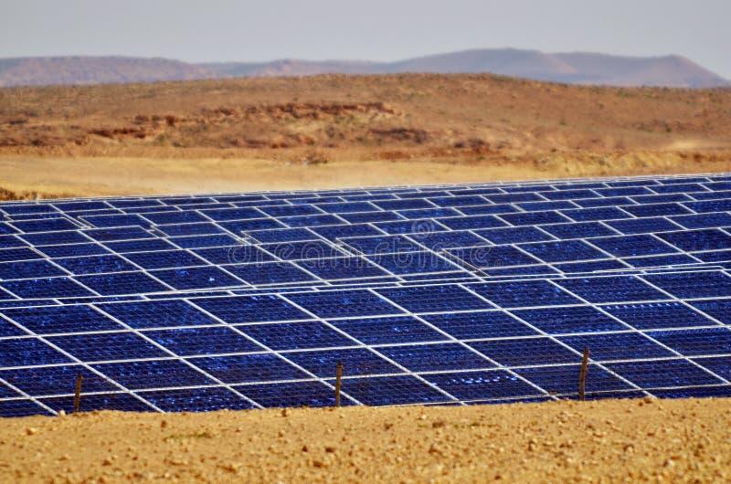 Photovoltaics na exploração agrícola das energias solares do deserto no deserto do Negev, é imagem de stock