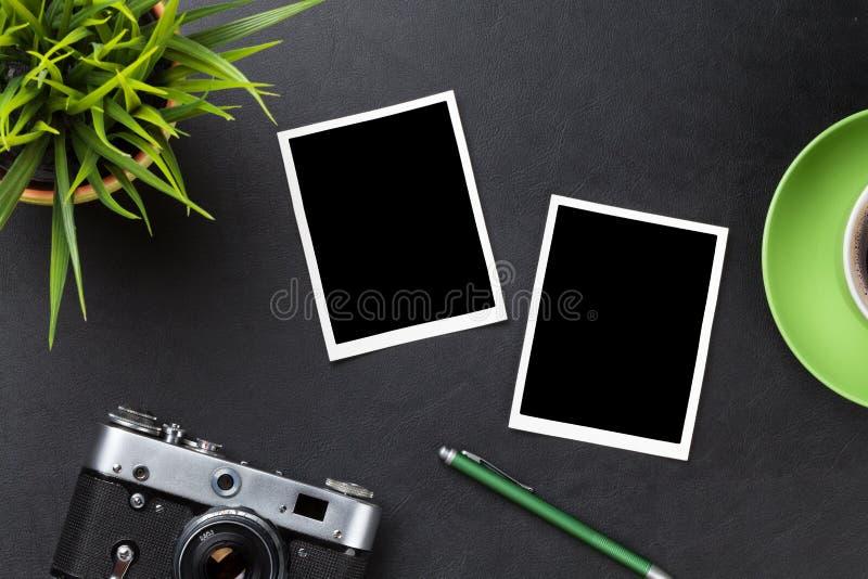 Phots au-dessus de table, d'appareil-photo, de café et de fleur de bureau photo libre de droits