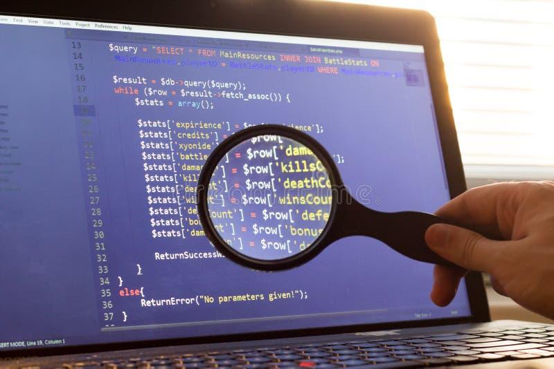 PHP dodatkowy procesor kod zbliżający przez magnifier Komputerowego programowania źródła kod zwyżkuje Abstrakta ekran sieć przeds fotografia stock