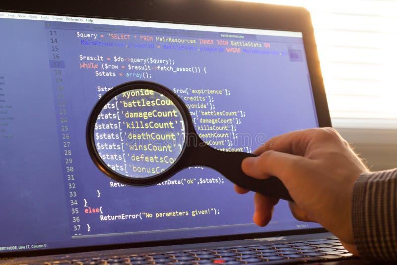 PHP dodatkowy procesor kod zbliżający przez magnifier Komputerowego programowania źródła kod zwyżkuje Abstrakta ekran sieć przeds obrazy stock
