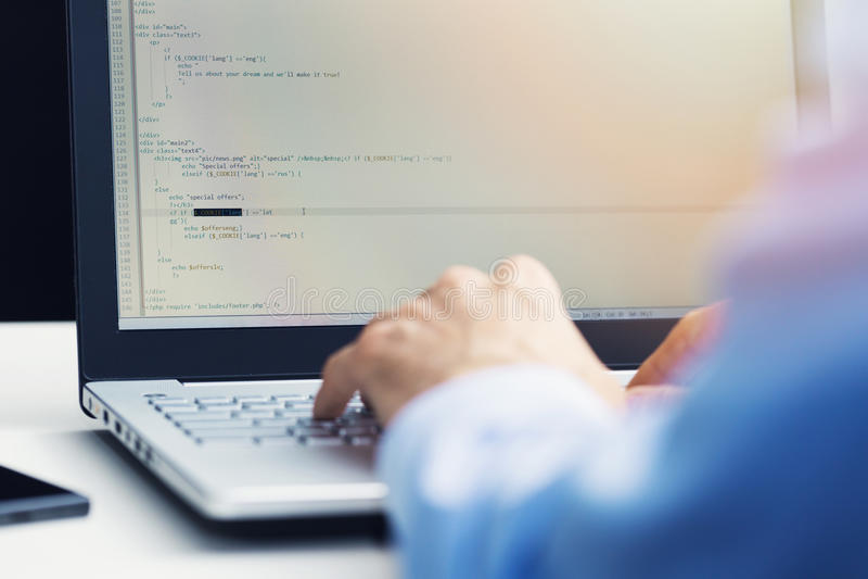 PHP que programa - programador que trabalha no desenvolvimento novo do Web site foto de stock royalty free
