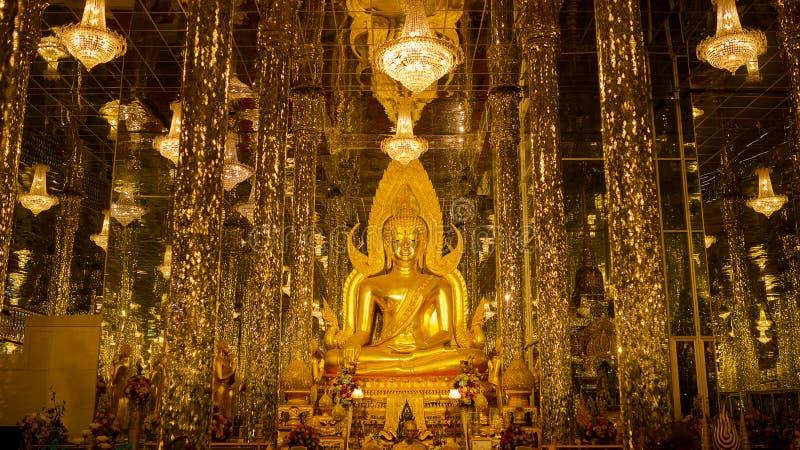 Phra菩萨Chinnarat金黄菩萨雕象在Wat Tha唱歌的Uthai 库存照片