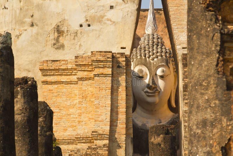 Phra Ajana a Wat Si Chum, parco storico di Sukhothai, Tailandia fotografia stock