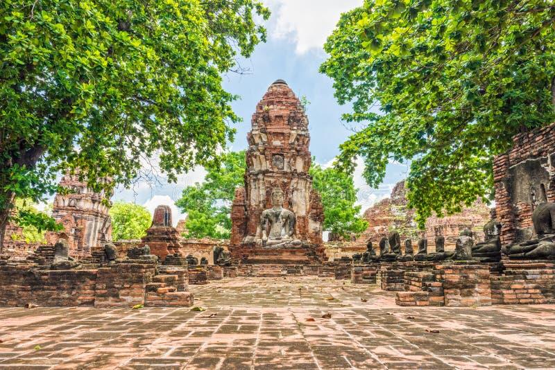 Phra bombarda e statue di seduta delle immagini di Buddha a Wat Mahathat immagine stock libera da diritti