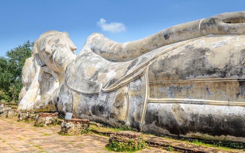 Phra Buddha Sai Yat The Reclining Buddha, Wat Lokaya Sutha, Ayutthaya royaltyfria foton