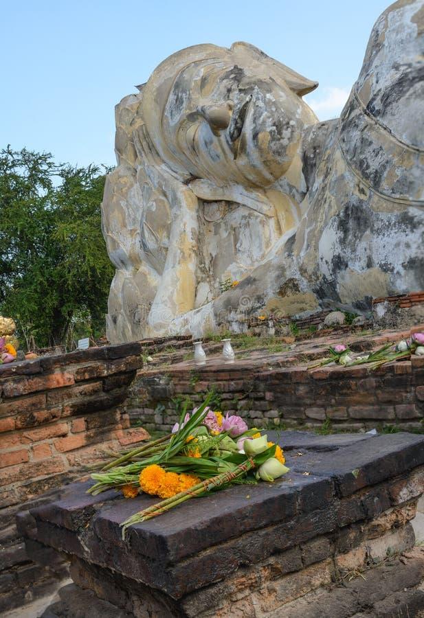 Phra Buddha Sai Yat The Reclining Buddha, Wat Lokaya Sutha, Ayutthaya arkivbilder