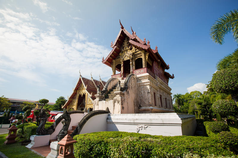 Phra chantent le temple de Waramahavihan image stock