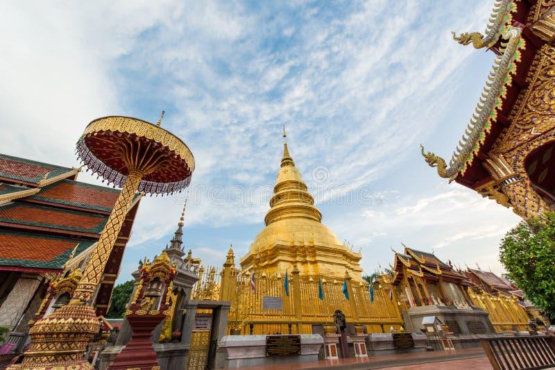 Download Phra Di Wat Che Hariphunchai Fotografia Stock - Immagine di paesaggio, cielo: 56892410