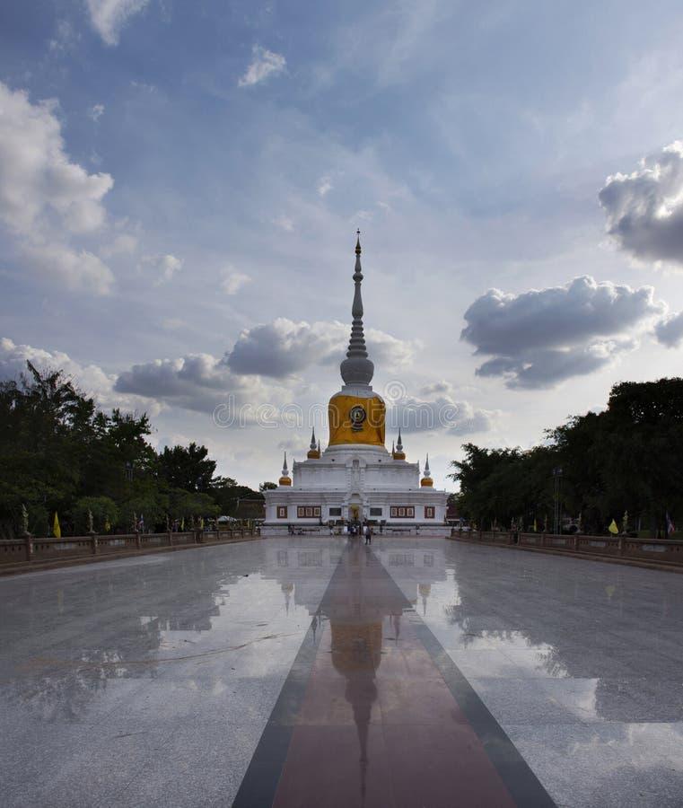 Phra die Nadoon Chedi of de Pagode van Na Dun voor Thaise mensen reist respecteert het bidden bij Mahasarakham-stad in Maha Sarak royalty-vrije stock foto