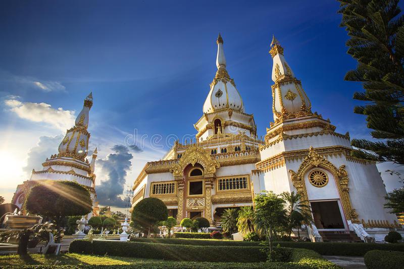 Phra Maha Chedi Chai Mongkol chez Roi Et Province, Thaïlande photos stock