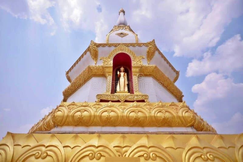 Phra Maha Chedi Chai Mongkol chez Roi Et Province, Thaïlande images stock