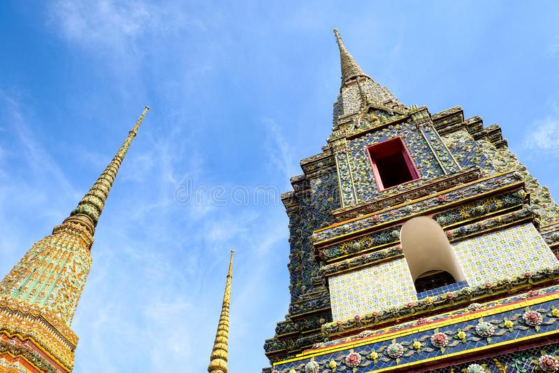 Phra Maha Chedi Four Kings uprisen an Winkel in der Tageszeit, Tempel Wat Phra Chetupon Vimolmangklararm Wats Pho, Bangkok, Thail lizenzfreies stockbild