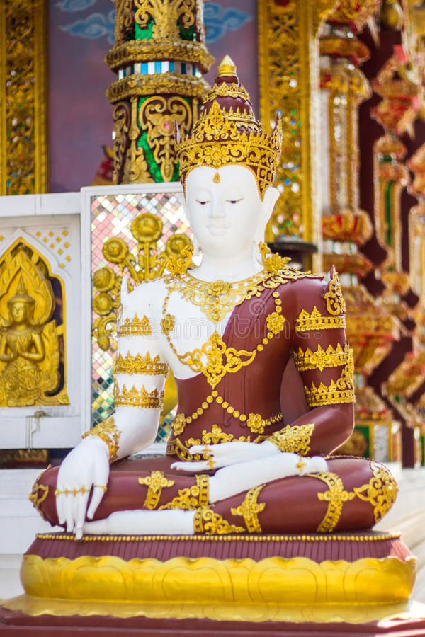 Phra Maha Jakkrapat, thailändische Buddha-Statue im Tempel stockbild