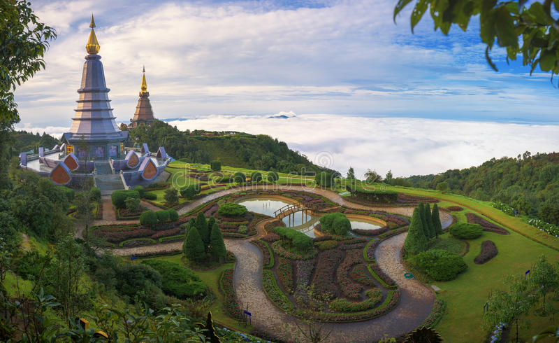 Phra Mahathat Napha Methanidon och Phra Mahathat Naphaphon Bhumisiri, tvilling- pagoder i Thailand arkivbilder