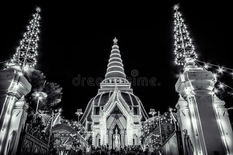 Phra Pathom Chedi festival, Amphoe Mueang, Nakhon Pathom, Thailand på November20,2018: Phra Ruang Rodjanarith, en stående Buddhab arkivbilder