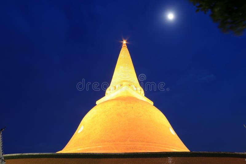 Phra Pathom Chedi na iluminação na noite, o stupa é ficado situado no templo de Phra Pathommachedi Ratcha Wora Maha Wihan imagens de stock royalty free