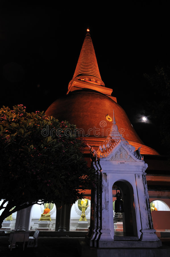 Phra Pathom Chedi am Vollmond stockbilder