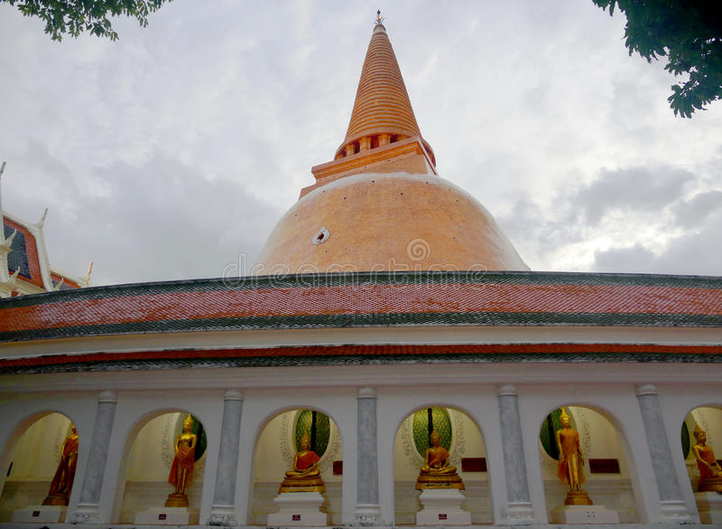 Phra Pathommachedi um stupa em Tailândia fotos de stock royalty free